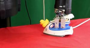 روبوت يكوي الملابس بمهارة عالية